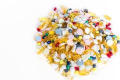 Medicamentação e comprimidos coloridos diferentes de cima no fundo branco Foto de Stock Royalty Free