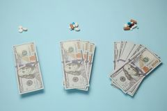 Medicamentações e dinheiro O custo de tratamento e do seguro médico imagens de stock royalty free