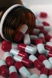 Medicamentações vermelhas em um frasco imagem de stock
