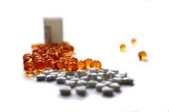 Medicamento do branco do tubo de ensaio do montão de aspirin da farmácia da cápsula da vitamina da medicina do close-up do compri Fotos de Stock
