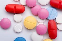 Medicamentos multicolores en el fondo blanco Imagenes de archivo