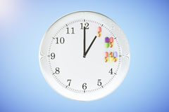 Medication intake on time concept with wall clock and pills Royalty Free Stock Photos