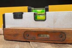 Medición de la cuesta de una superficie usando un nivel de alcohol Accesorios de medición para los mecánicos fotos de archivo libres de regalías