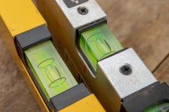 Medición de la cuesta de una superficie usando un nivel de alcohol Accesorios de medición para los mecánicos imágenes de archivo libres de regalías