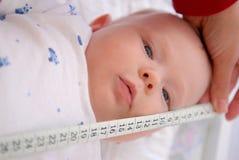 Medición de un bebé Foto de archivo libre de regalías