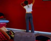 Medición de una pared roja fotos de archivo libres de regalías