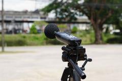 Medición del ruido en el camino con un metro de nivel de sonido foto de archivo libre de regalías