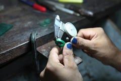 Medición del tamaño de un anillo, fabricación del forjador del oro imágenes de archivo libres de regalías