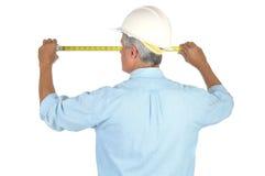 Medición del trabajador de construcción Foto de archivo