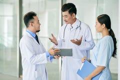 Medici che discutono prescrizione fotografia stock