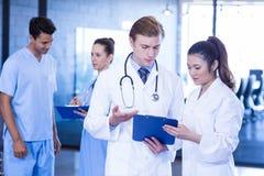 Medici che esaminano perizia medica fotografie stock