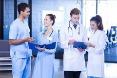 Medici che esaminano perizia medica fotografia stock libera da diritti