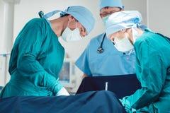 Medici che realizzano operazione nell'ospedale immagine stock