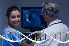 Medici che si siedono con i fili del DNA 3D Immagini Stock Libere da Diritti