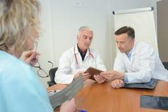 Medici che studiano caso dei pazienti Fotografia Stock Libera da Diritti