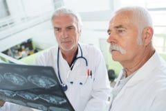 Medici che studiano risultato di radiologia Fotografia Stock Libera da Diritti