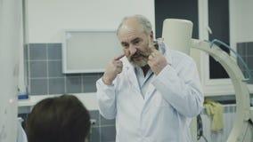 Medici che takling con il collega sopra irrompono la toilette 4K video d archivio
