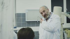 Medici che takling con il collega sopra irrompono la toilette 4K archivi video