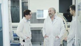 Medici che takling con il collega sopra irrompono la toilette in ospedale stock footage