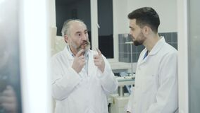 Medici che takling con il collega sopra irrompono la toilette in ospedale video d archivio