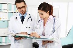 Medici con i documenti medici, concetto di si consultano Fotografia Stock