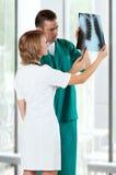 Medici con i raggi X Immagini Stock Libere da Diritti