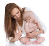 Medici con il colpo di vaccinazione dell'iniezione di influenza del bambino del bambino della siringa Immagine Stock
