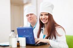 Medici con il computer portatile in clinica Fotografia Stock
