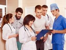 Medici del gruppo alla ricezione in ospedale. Fotografia Stock
