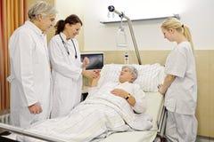 Medici del paziente del reparto di ospedale immagini stock libere da diritti