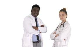 Medici dell'uomo e della donna con le armi attraversate su fondo bianco fotografia stock