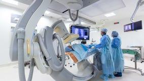 Medici di lasso di tempo conducono l'operazione nella serie ben attrezzata della chirurgia archivi video