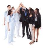 Medici e responsabili che fanno gesto di livello cinque immagini stock