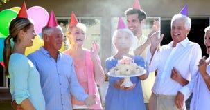 Medici ed anziano che celebrano compleanno archivi video