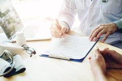 Medici ed i pazienti si siedono e parlano con paziente circa il medicatio fotografia stock