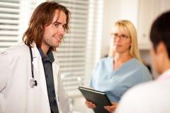 Medici ed infermiere che hanno conversazione Fotografia Stock Libera da Diritti