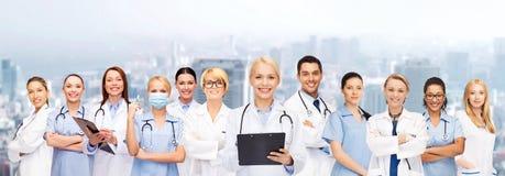 Medici ed infermieri femminili sorridenti con lo stetoscopio Fotografia Stock Libera da Diritti