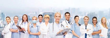 Medici ed infermieri femminili sorridenti con lo stetoscopio Fotografie Stock Libere da Diritti
