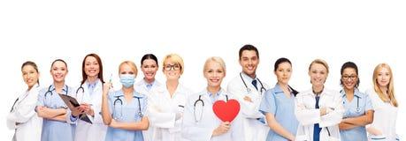 Medici ed infermieri sorridenti con cuore rosso Immagine Stock Libera da Diritti