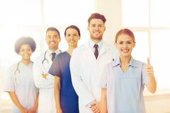 Medici felici che mostrano i pollici su all'ospedale Fotografia Stock Libera da Diritti