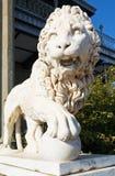 Medici lejon med bollen nära den Vorontsov slotten fotografering för bildbyråer
