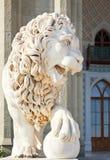 Medici lejon nära södra fasad av den Vorontsov slotten royaltyfri bild