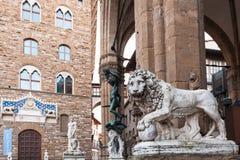 Medici lejon och Perseus statyer och Palazzo arkivbild