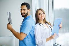 Medici maschii e femminili lavorano insieme in ospedale Fotografia Stock