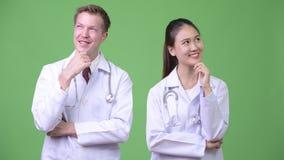 medici Multi-etnici delle coppie che pensano insieme video d archivio