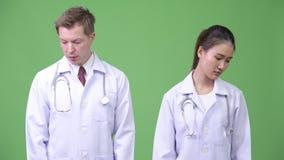 Medici multi-etnici seri delle coppie che pensano insieme archivi video
