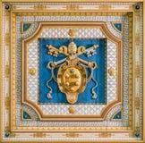 Medici påvevapensköld i taket av San Martino ai Monti Church i Rome, Italien royaltyfri bild