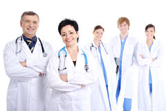 Medici sorridenti felici in abiti dell'ospedale Fotografia Stock Libera da Diritti