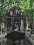 Medici springbrunn i Jardinen du Luxembourg arkivfoton