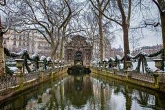 Medici springbrunn på den Luxembourg slottträdgården i en frysa dag för vinterdag precis för vår fotografering för bildbyråer